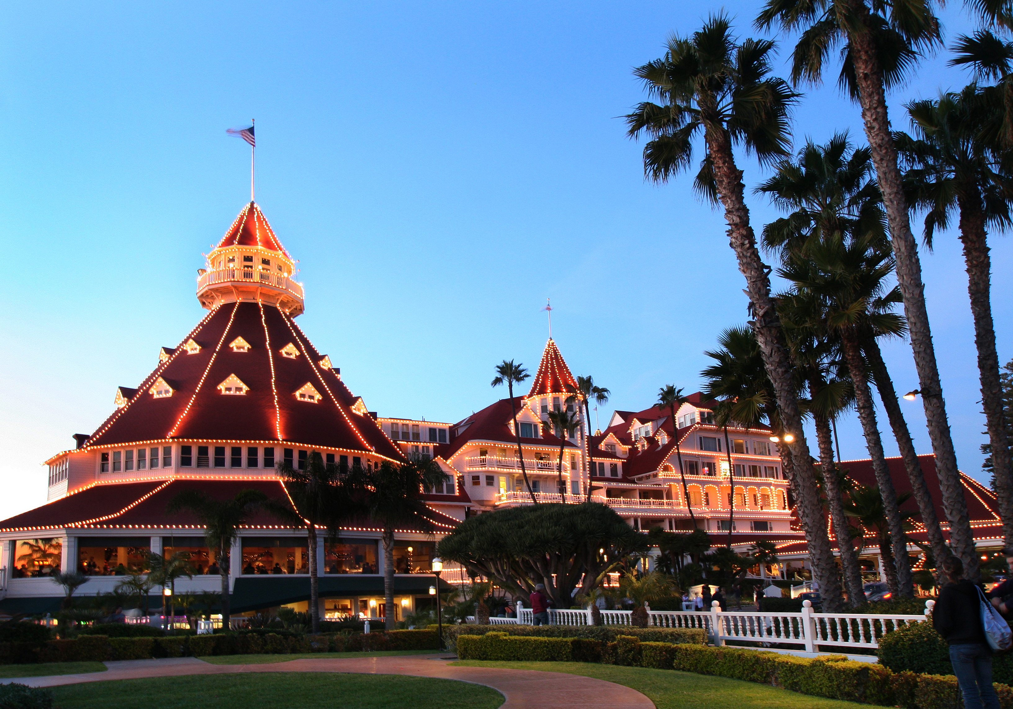 Coronado hoteldel holidaylightsdusk san diego travel blog for Haunted hotel in san diego
