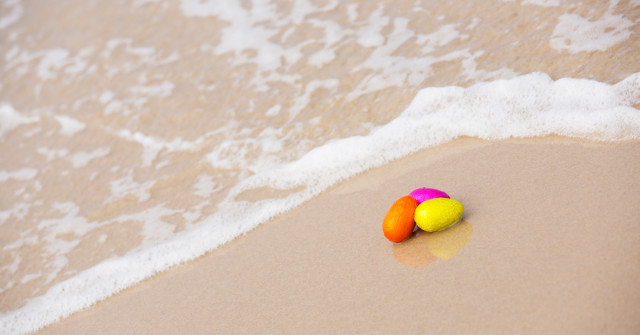 easter-eggs-beach-1200x628
